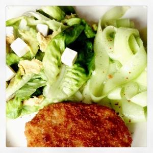 salade, komkommer & vis