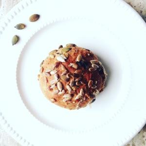 Hand-made muesli bol met walnoten en rozijnen